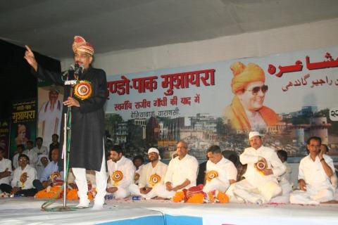 सालाना मुशायरे की तस्वीर (साभार - जागरण) [indo-pak mushaira]