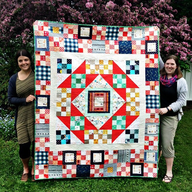I had the most wonderful visit with my sweet, amazingly talented friend Natalie @greenleafgoods yesterday, who brought along her beautiful #wildandfreefabric quilt!! Here we are in my backyard!