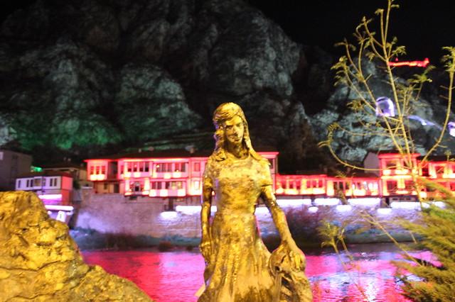 市中心Şirin雕像