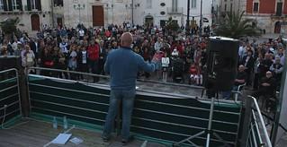 La piazza gremita ascolta il candidato sindaco Cessa