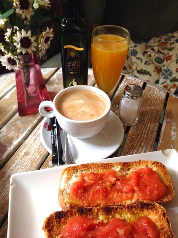 Si solo sienes un día en Madrid, tienes que comer un pan con tomate y tomar un café con leche.