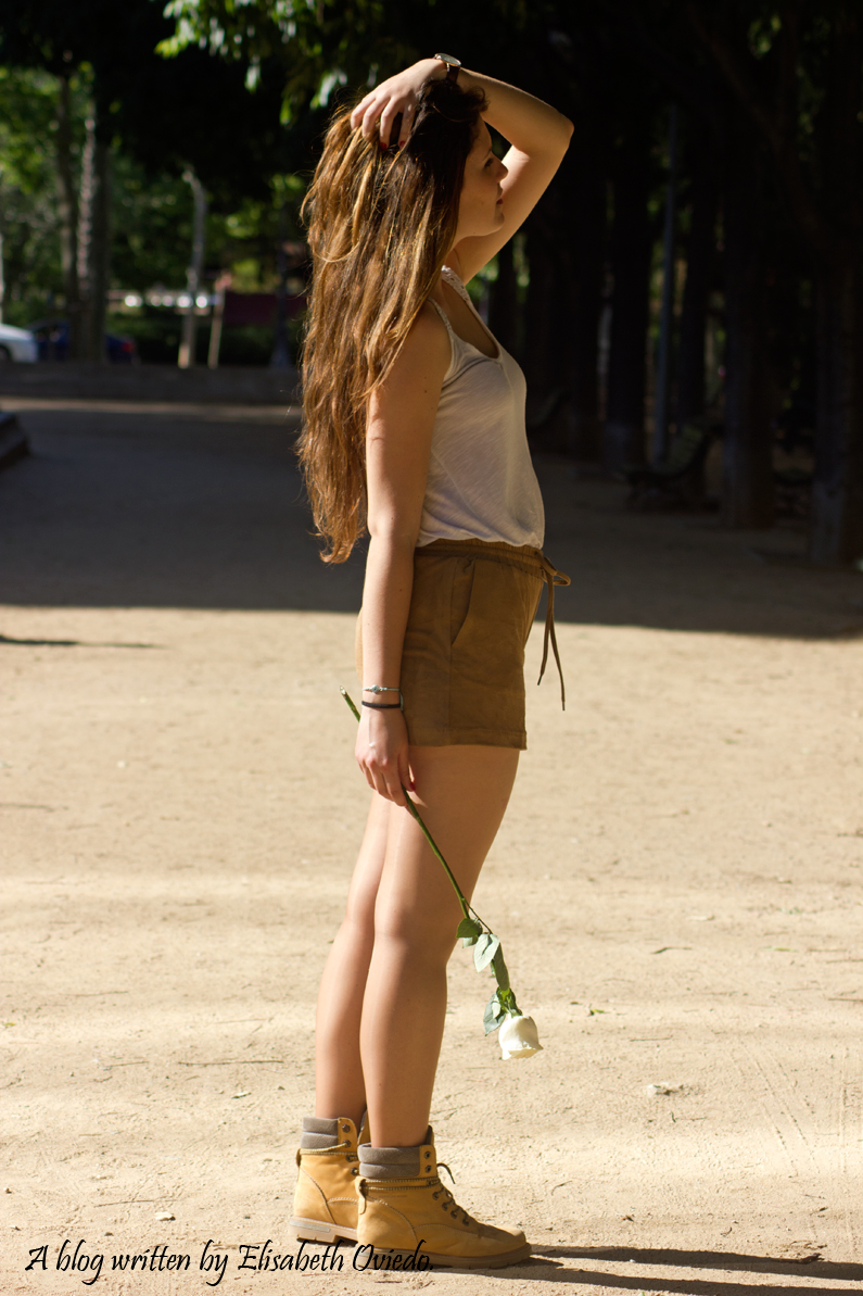 shorts-marrones-H&M-con-botas---HEELSANDROSES-look-outfit(9)
