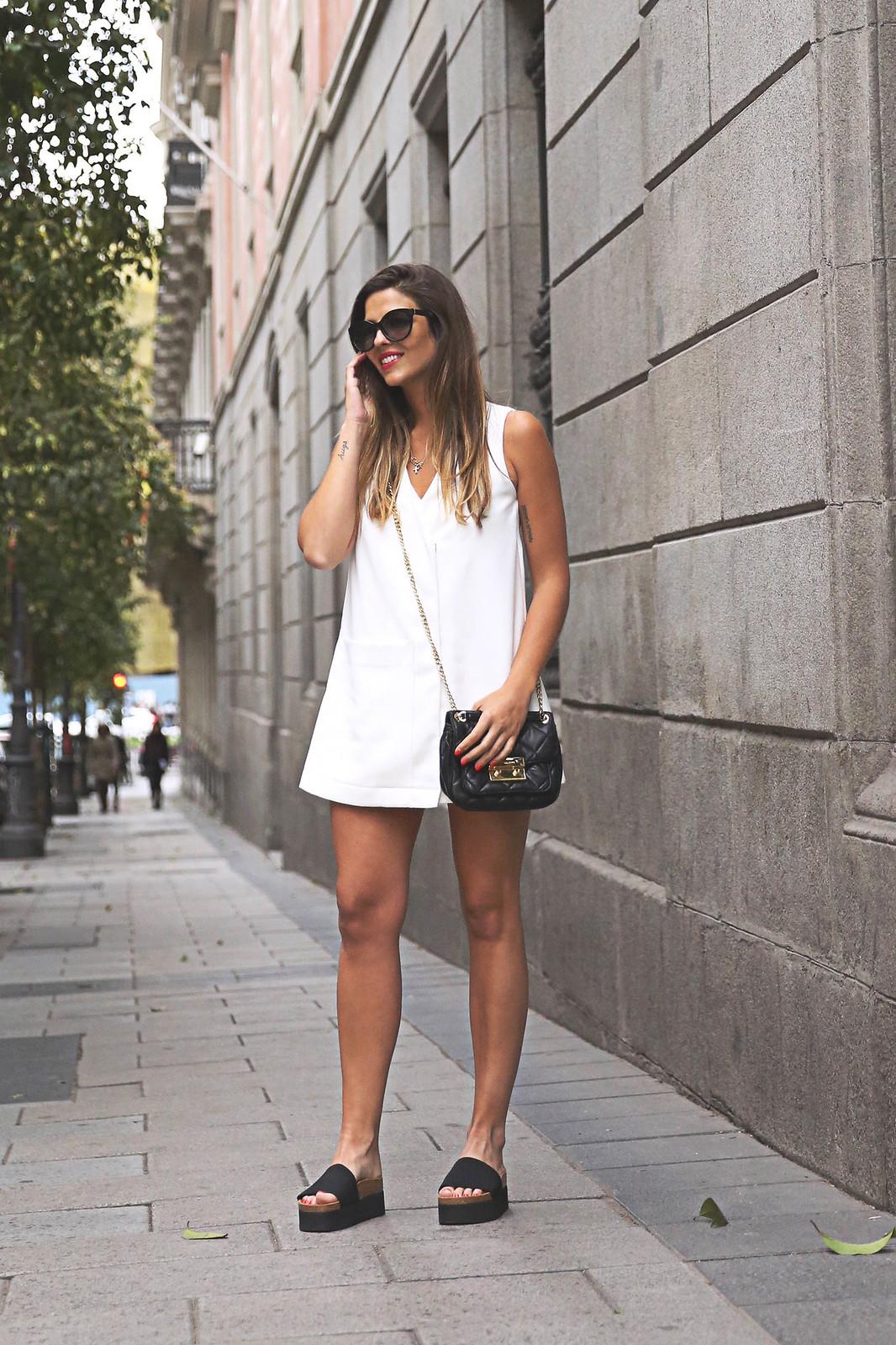 trendy-taste-look-outfit-street-style-ootd-blog-blogger-fashion-spain-moda-españa-steve-madden-mono-overall-playsuit-sandalias-michael-kors-white-blanco-3