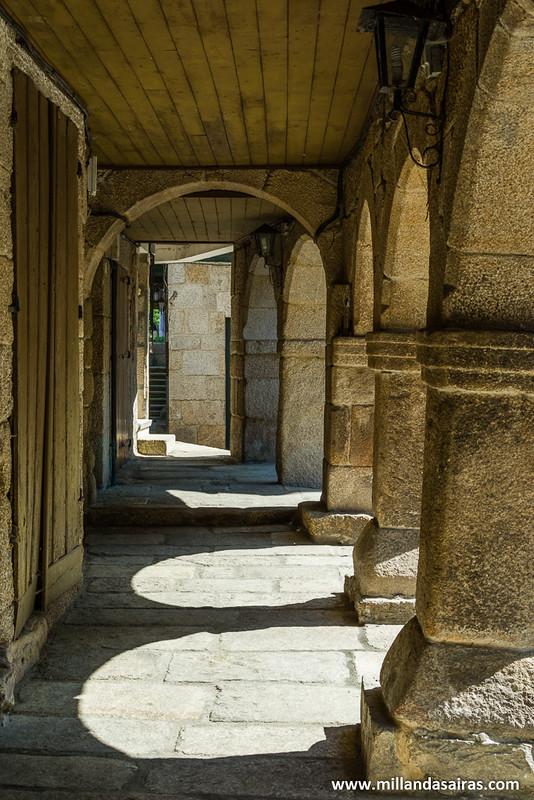 Soportales de piedra en torno a la iglesia da Madalena