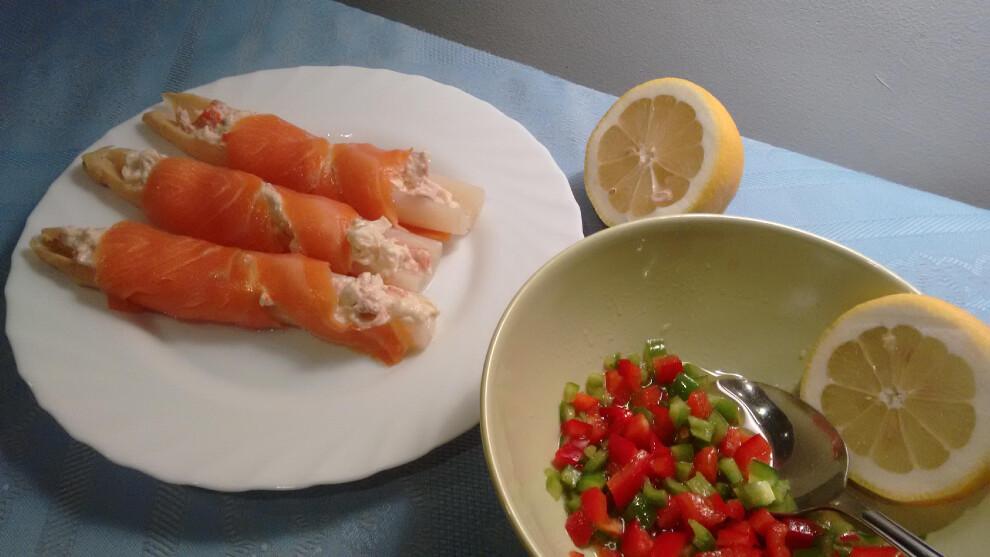 Espárragos rellenos con salmón