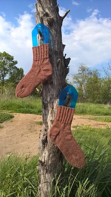коричневые носки с пяткой подковой готовы