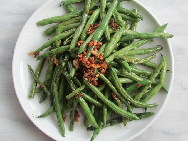garlicky green beans on twothirtyate.com