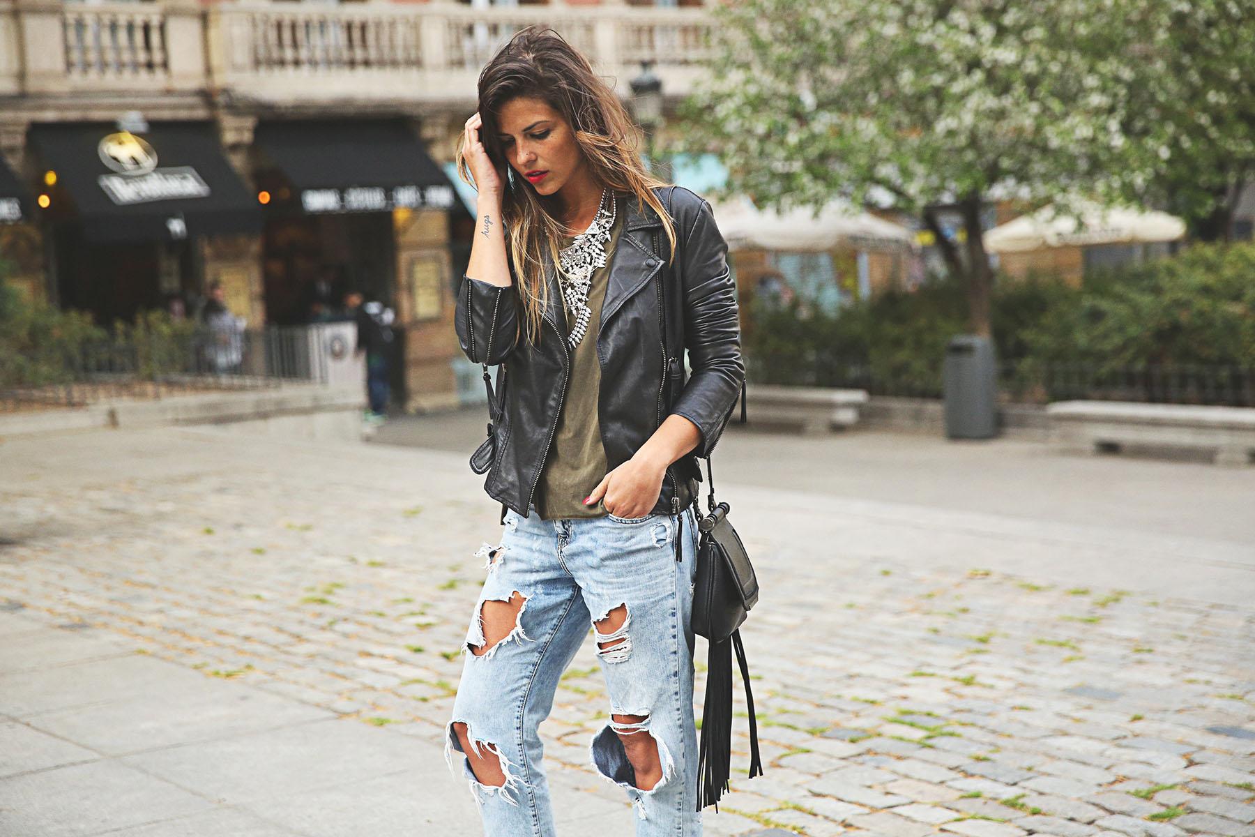 trendy-taste-look-outfit-street-style-ootd-blog-blogger-fashion-spain-moda-españa-boyfriend-vaqueros-jeans-steve-madden-sandalias-verano-primavera-leather-jacket-chaqueta-cuero-khaki-caqui-ripped-rotos-13