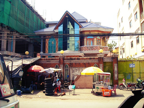 Getting lost in Phnom Penh and discovering interesting architecture