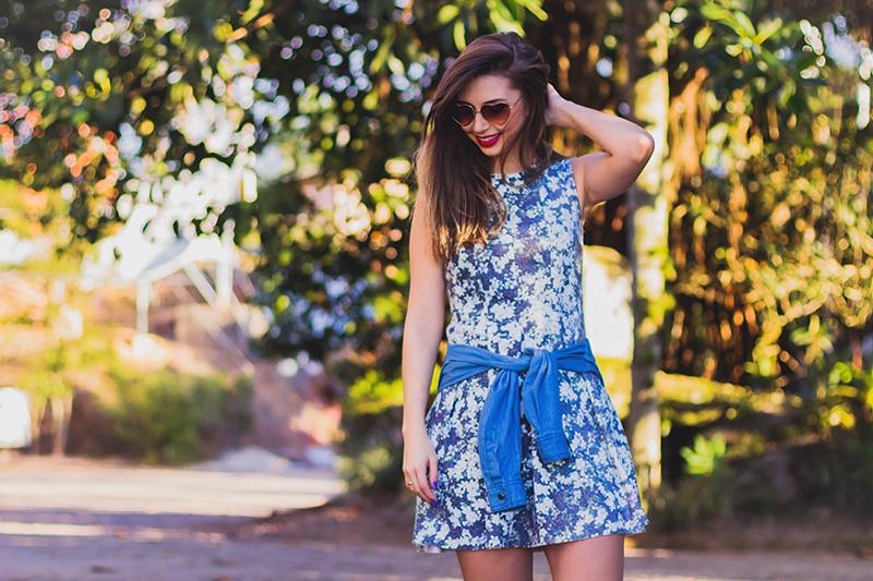 7-look do dia vestido florido com camisa jeans amarrada jana taffarel blog sempre glamour