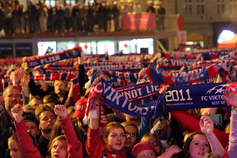 150530_CZE_Viktoria_Plzen_celebration_city_square_fans