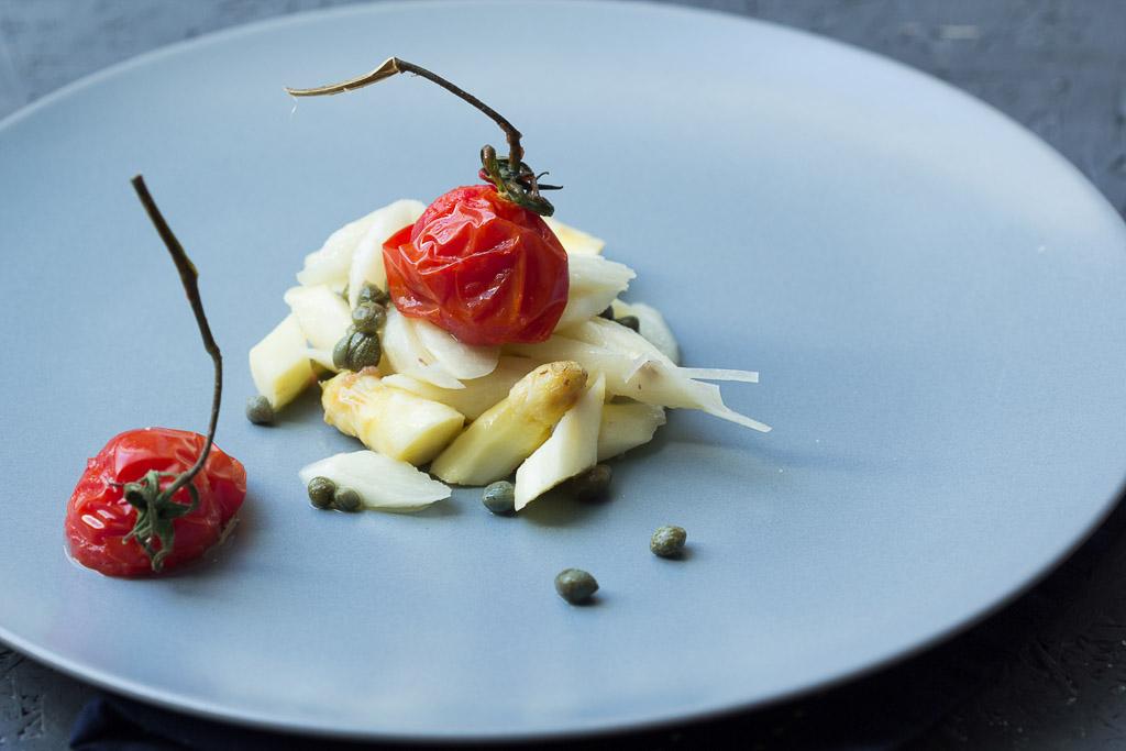 Spargelsalat mit gerösteten Tomaten