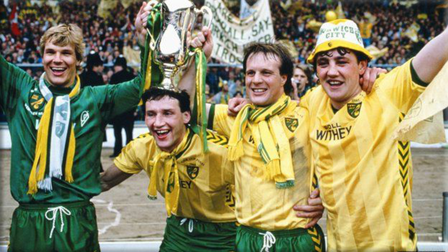 picture of Norwich players with League Cup