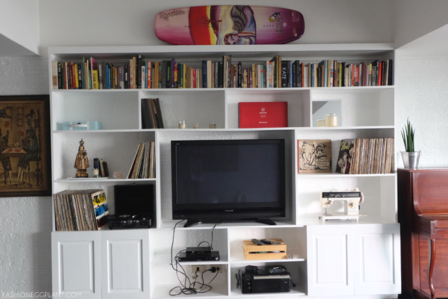 WHITE LIVING ROOM SHELVES