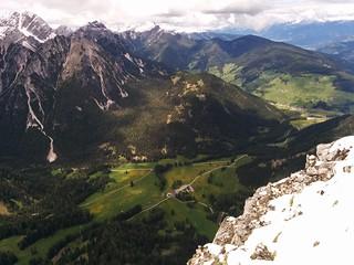Blick vom Lungkofel hinunter zum Skilift im Pragsertal