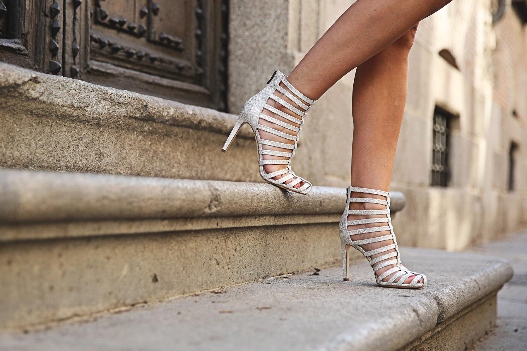 trendy-taste-look-outfit-street-style-ootd-blog-blogger-fashion-spain-moda-españa-lolali-blue-neopreno-azul-falda-blusa-bcbg-338-sandalias-serpiente-2