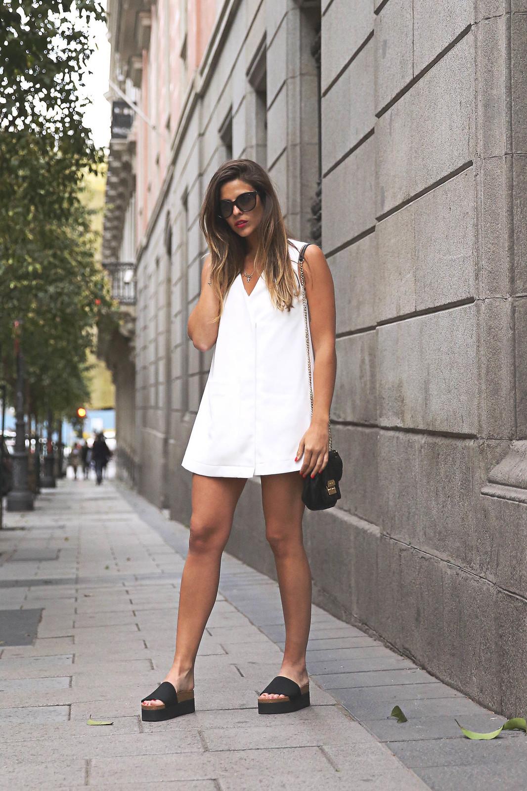 trendy-taste-look-outfit-street-style-ootd-blog-blogger-fashion-spain-moda-españa-steve-madden-mono-overall-playsuit-sandalias-michael-kors-white-blanco-1