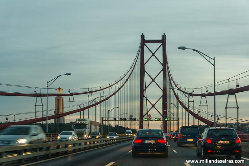 Cruzando el puente 25 de Abril en nuestro camino al Cristo Rei