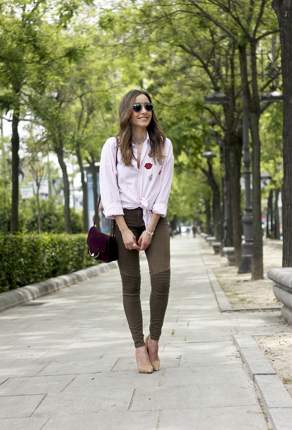 shirt with patches khaki pants nude heels burgundy bag uterqüe accessories style fashion05