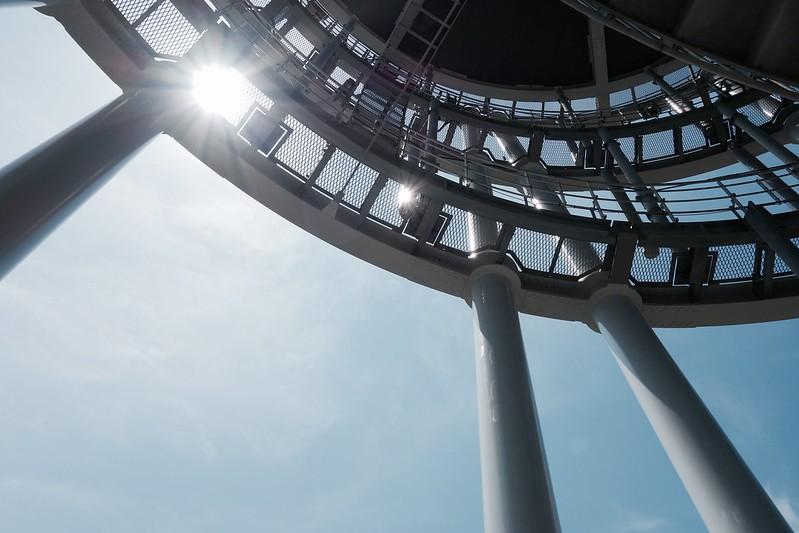 螺旋階段を見上げる