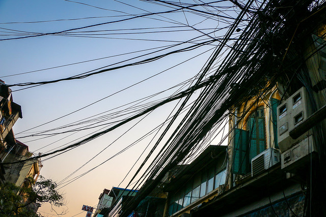 Tangled electric wires in Hanoi old city, Vietnam ハノイ旧市街、もつれまくった電線