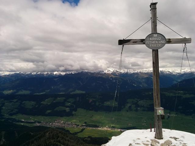 Gipfelkreuz Sarlkofel, mit herrlichem Ausblick auf Niederdorf