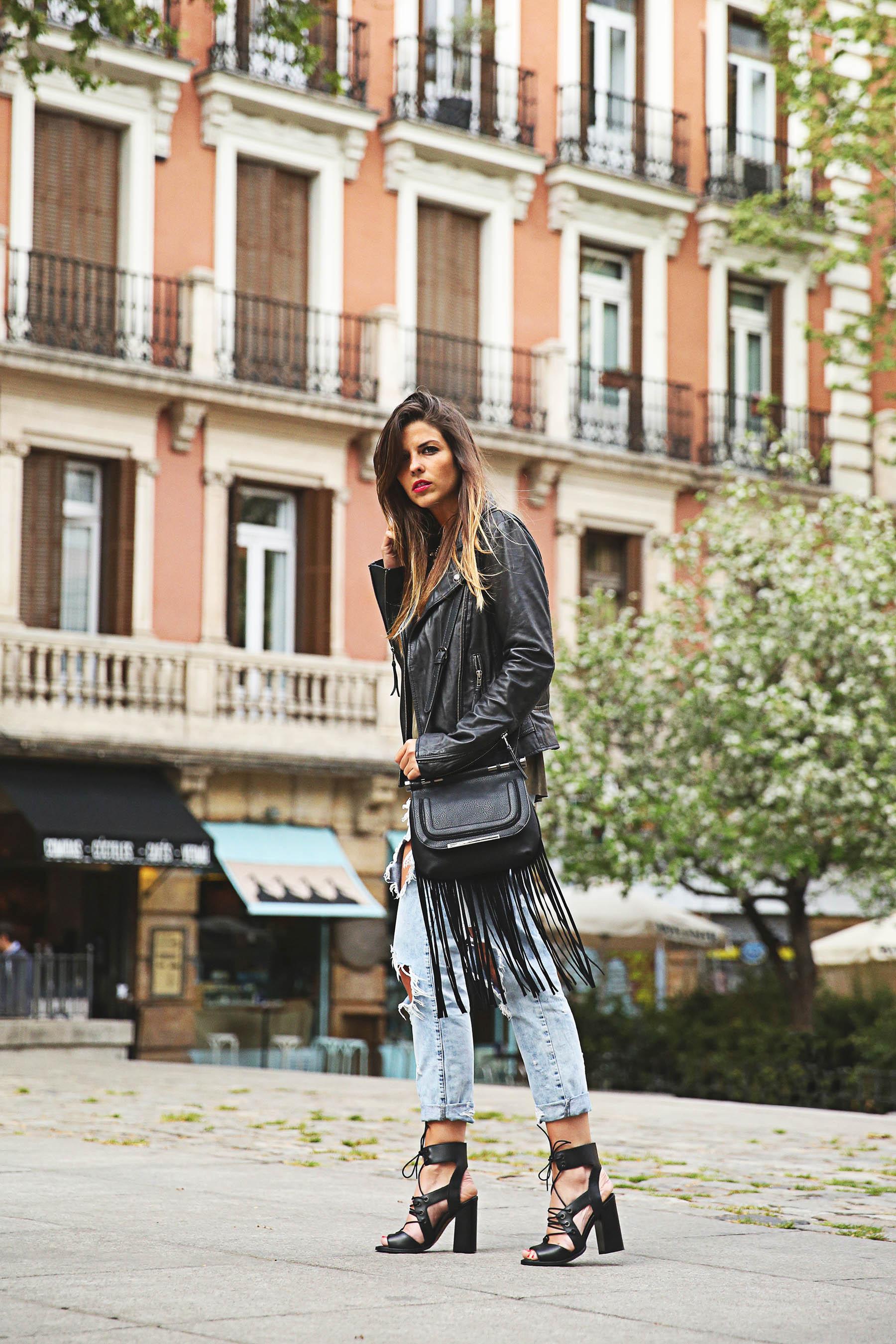 trendy-taste-look-outfit-street-style-ootd-blog-blogger-fashion-spain-moda-españa-boyfriend-vaqueros-jeans-steve-madden-sandalias-verano-primavera-leather-jacket-chaqueta-cuero-khaki-caqui-ripped-rotos-2