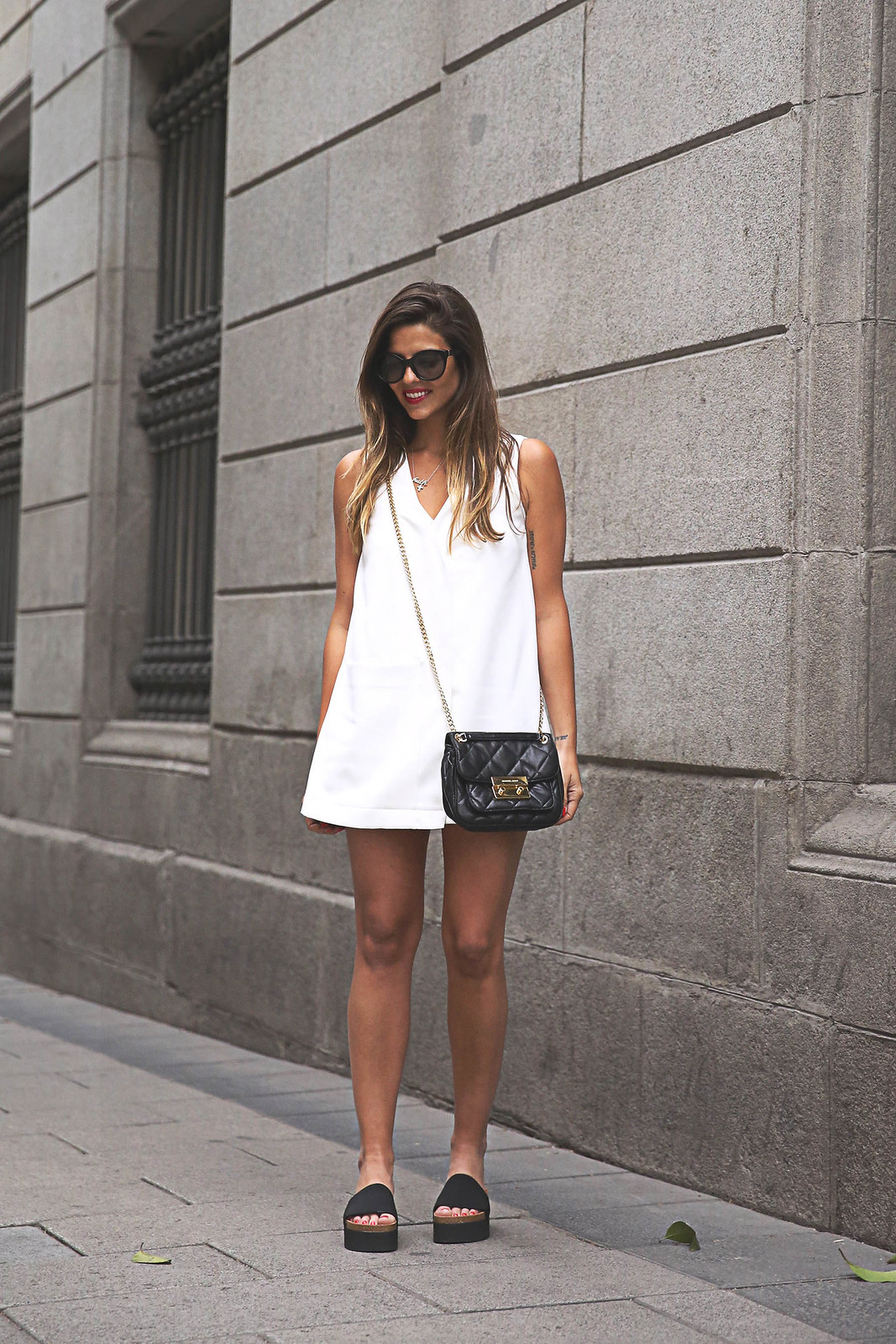 trendy-taste-look-outfit-street-style-ootd-blog-blogger-fashion-spain-moda-españa-steve-madden-mono-overall-playsuit-sandalias-michael-kors-white-blanco-4