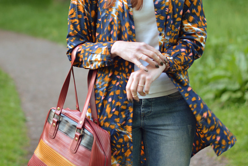 Spring style: Oversized patterned shirt, boyfriend jeans
