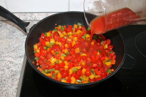 37 - Mit Tomatensaft ablöschen / Deglaze with tomato juice