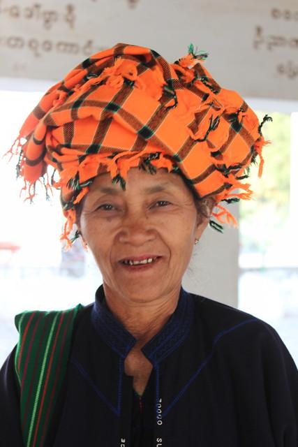 20150205_2661-Shwezigon-pagoda-woman-turban_resize