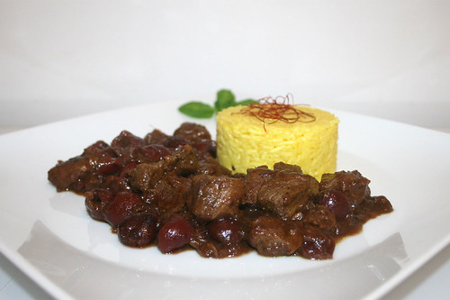 50 - Khoresh-e Albaloo - Lamb in persian sour cherry sauce - Side view / Lamm in persischer Sauerkirschsauce - Seitenansicht
