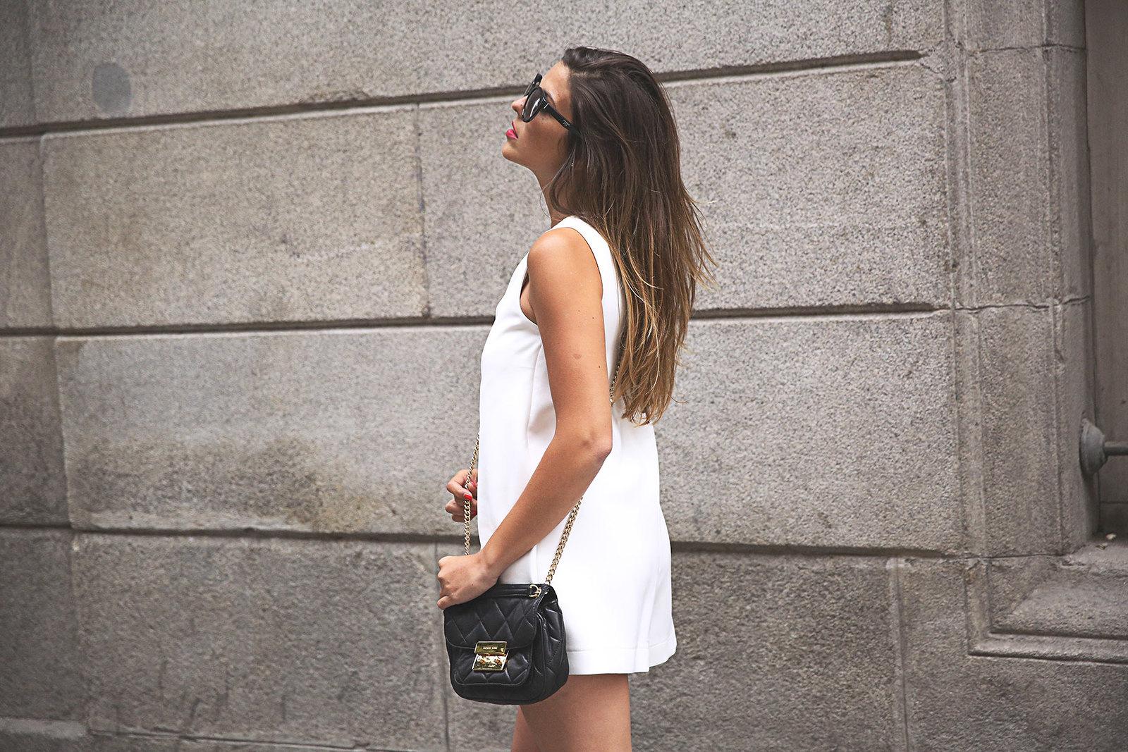 trendy-taste-look-outfit-street-style-ootd-blog-blogger-fashion-spain-moda-españa-steve-madden-mono-overall-playsuit-sandalias-michael-kors-white-blanco-7