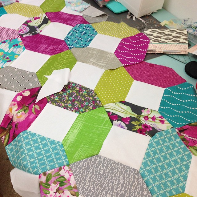 Working on my #KansasDugout quilt today.  I think I may have mastered Y-seams thanks to @redpepperquilts.  #Sewtopia #vignettelauragunn