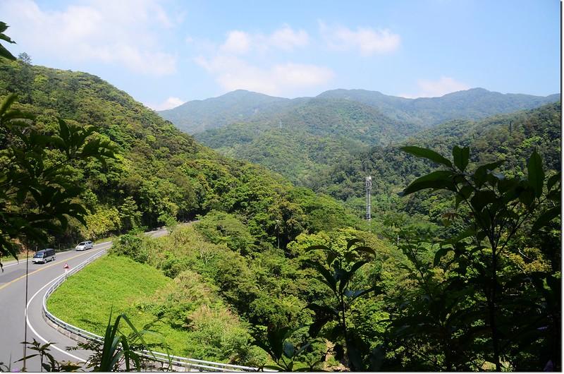 耆路巴林山東峰登山口西北眺耆路知可山(左)