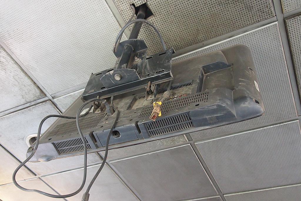 Fasilitas LCD di halte Busway rusak