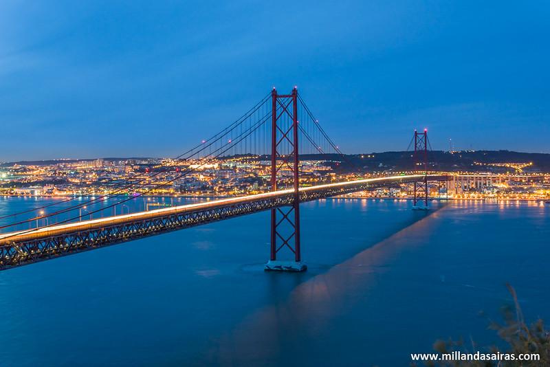 Puente 25 de Abril iluminándose de noche