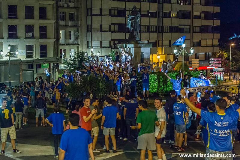 Celebrando el ascenso en la fuente de Concepción Arenal