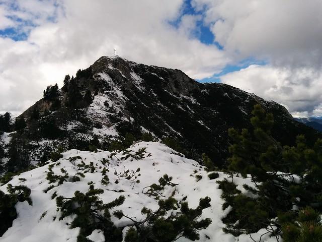 Gipfelkreuz Lungkofel in Sicht
