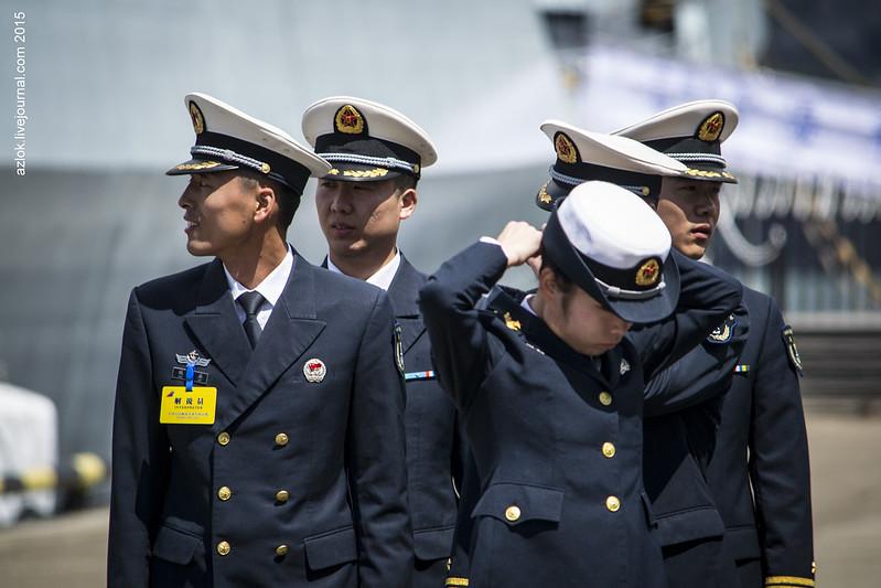 Моряки ВМС НОАК в ожидании гостей у трапа своего корвета