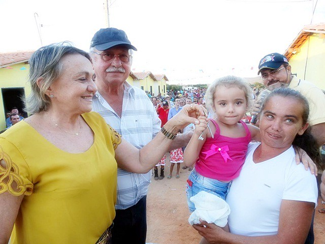 Dr. Tavinho entrega casas populares em Iborepi