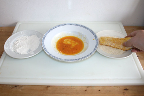 36 - Fischfilet in Mehl, Ei & Semmelbrösel wenden / Turn fish in flour, egg & breadcrumbs