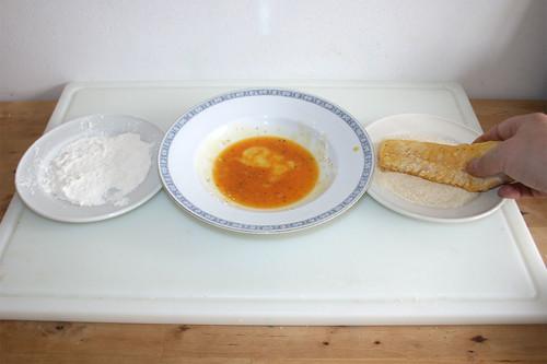 36 - Fischfilet in Mehl, Ei & Semmelbrösel wenden / Turn fish in flour, egg & breadcrumbs