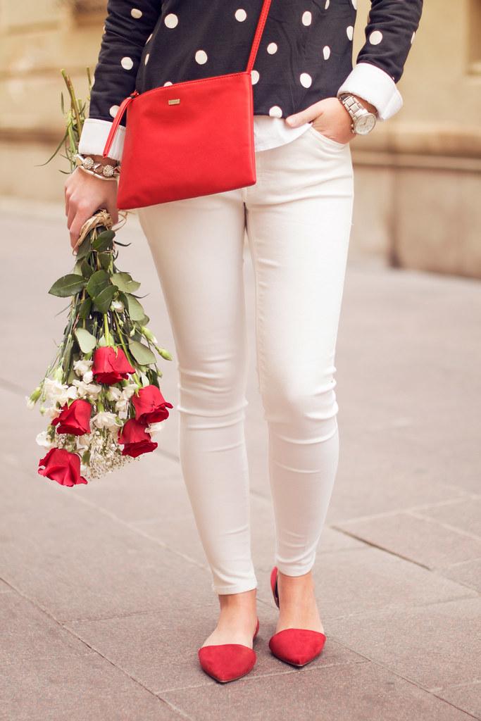 Rosas pantalones blancos jersey topos zapatos pointed