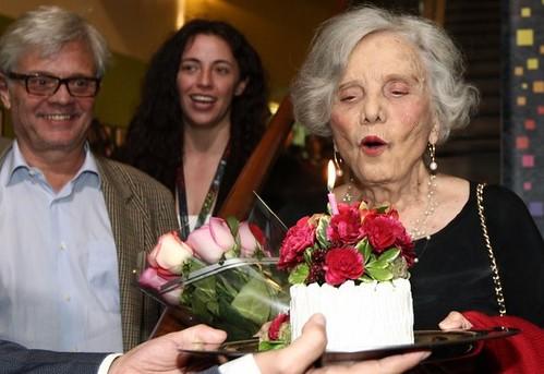 Inaugura Poniatowska exposición sobre su vida en cumpleaños 83