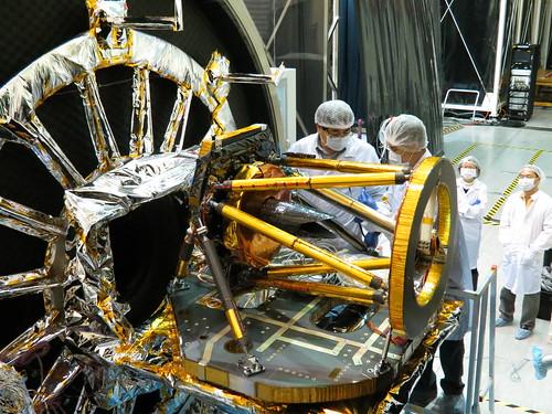 6.遙測取像儀完成熱真空測試後工作人員進行開艙後檢查作業