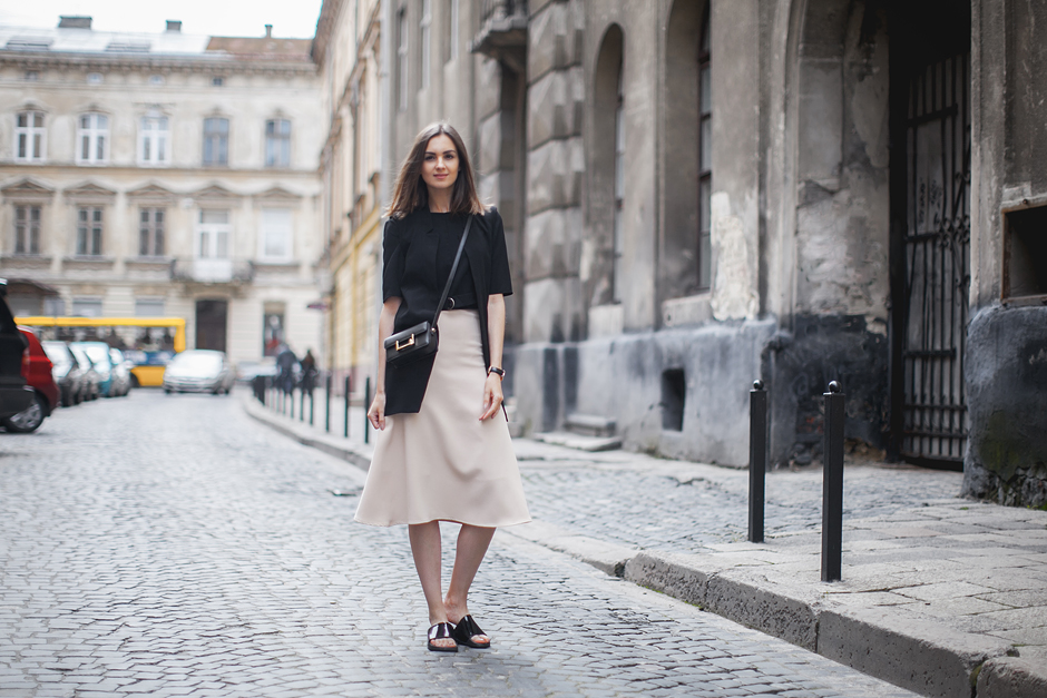 how-to-wear-slides-with-skirts-outfit-streetstyle