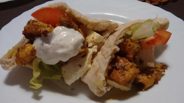 Souvlaki de pollo en pan de pita con salsa de yogur