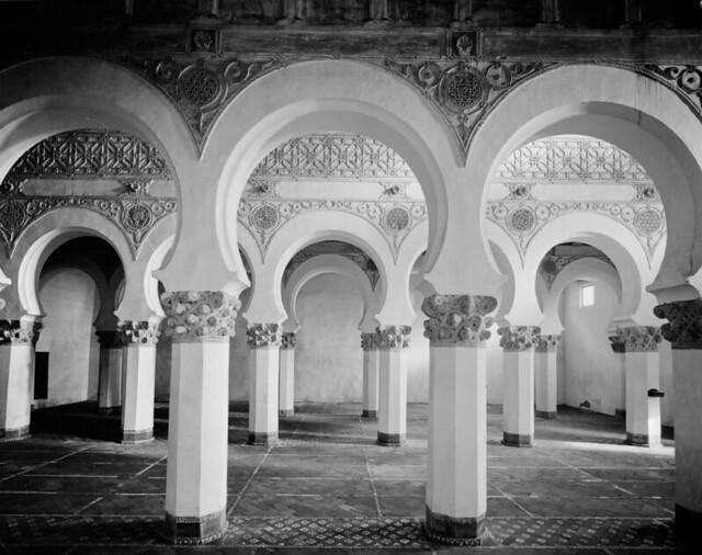 Interior de la Sinagoga de Sana María la Blanca fotografiado por Evelyn Hofer en los años 50 © Evelyn Hofer