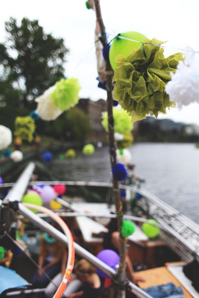 Das Boot wurde mit Pompoms aus Servietten für den perfekten JGA dekoriert
